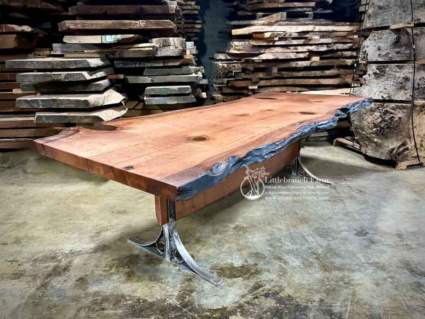 Rustic natural live edge diningtable.
